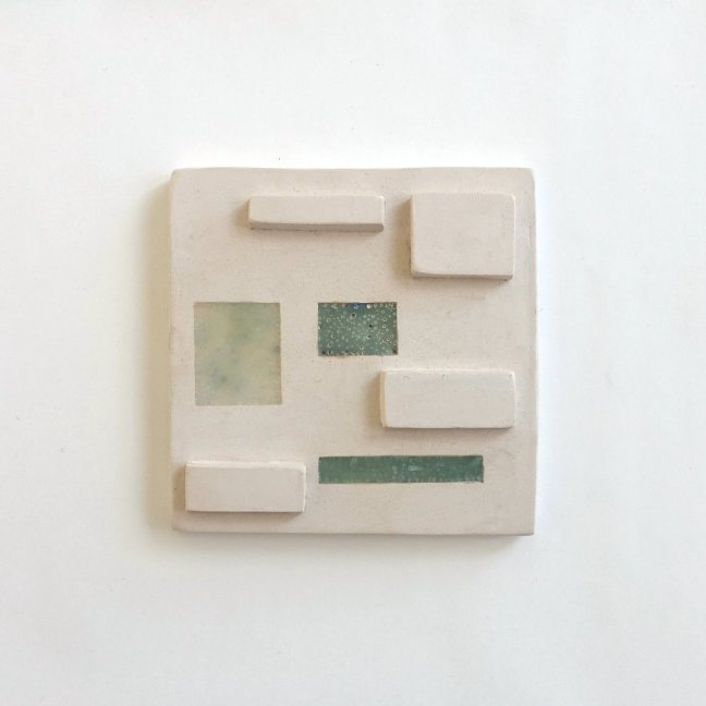 #6 Milly Betten, reliëftegel, keramiek, bijenwas en pigment, 15 x 15 cm