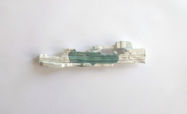 #9 Monique Kwist, Swimming Pool in Ocean, wandobject, gips, 8 x 32,5 x 4,5 cm