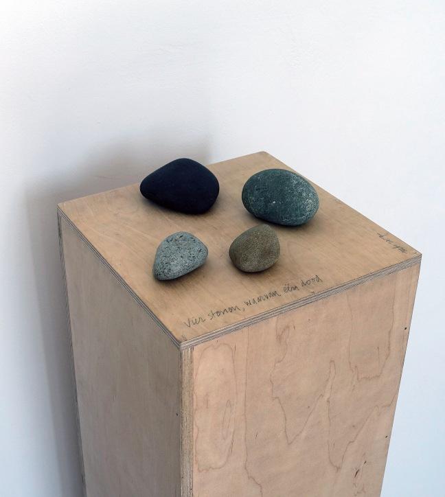 #16 Maarten Brinkman, Vier stenen, waarvan één dood, installatie