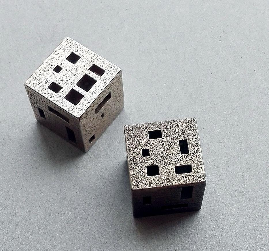 #36 Gerlinde Habekotté, Kubus 3 (nr. 630) 3D print, staal, zilverkleurig of bronskleurig, 1,8×1,8×1,8 cm