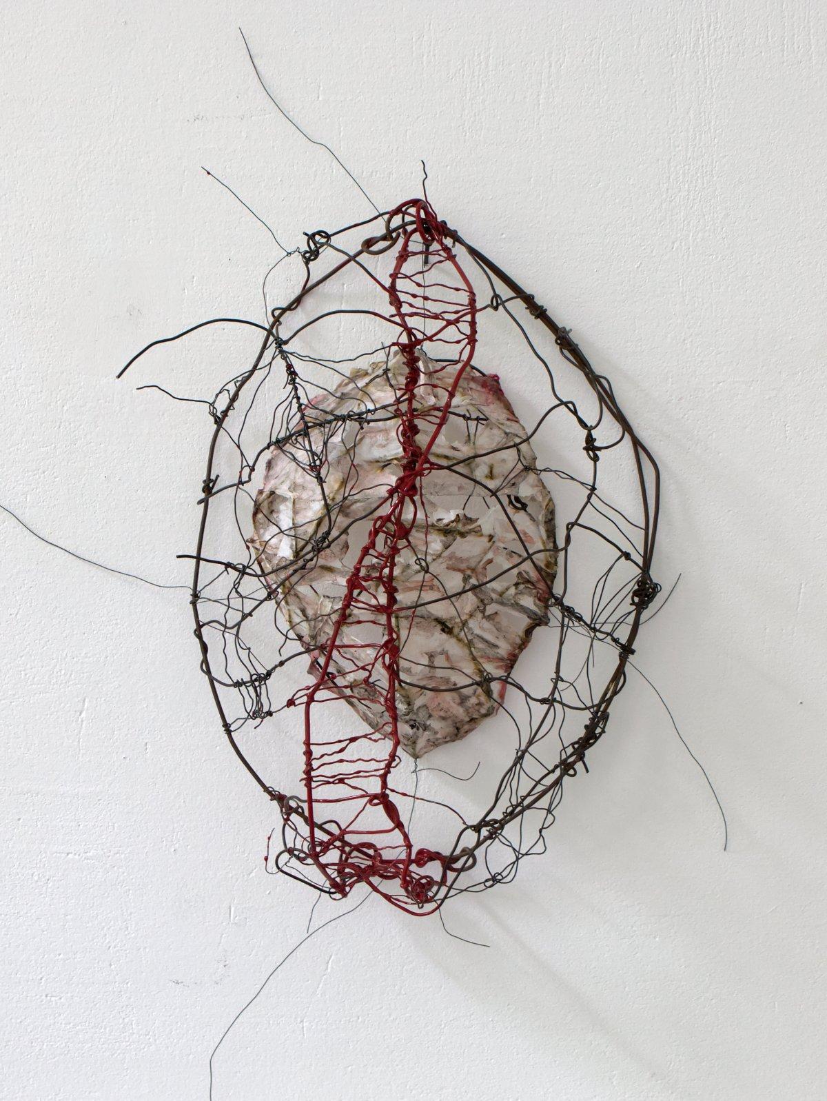 #22 Karin de Visser, Verweven, ijzer, draad, papier, ± 30x21x10 cm